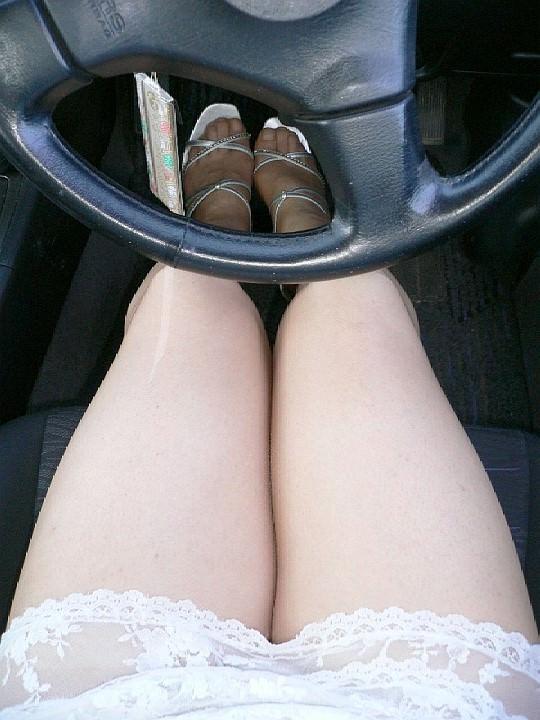 嫁の見飽きた足も運転席に座らせると何故かそそる不思議wwwパンチラ、まんちらまであるじゃんwww 1924 1