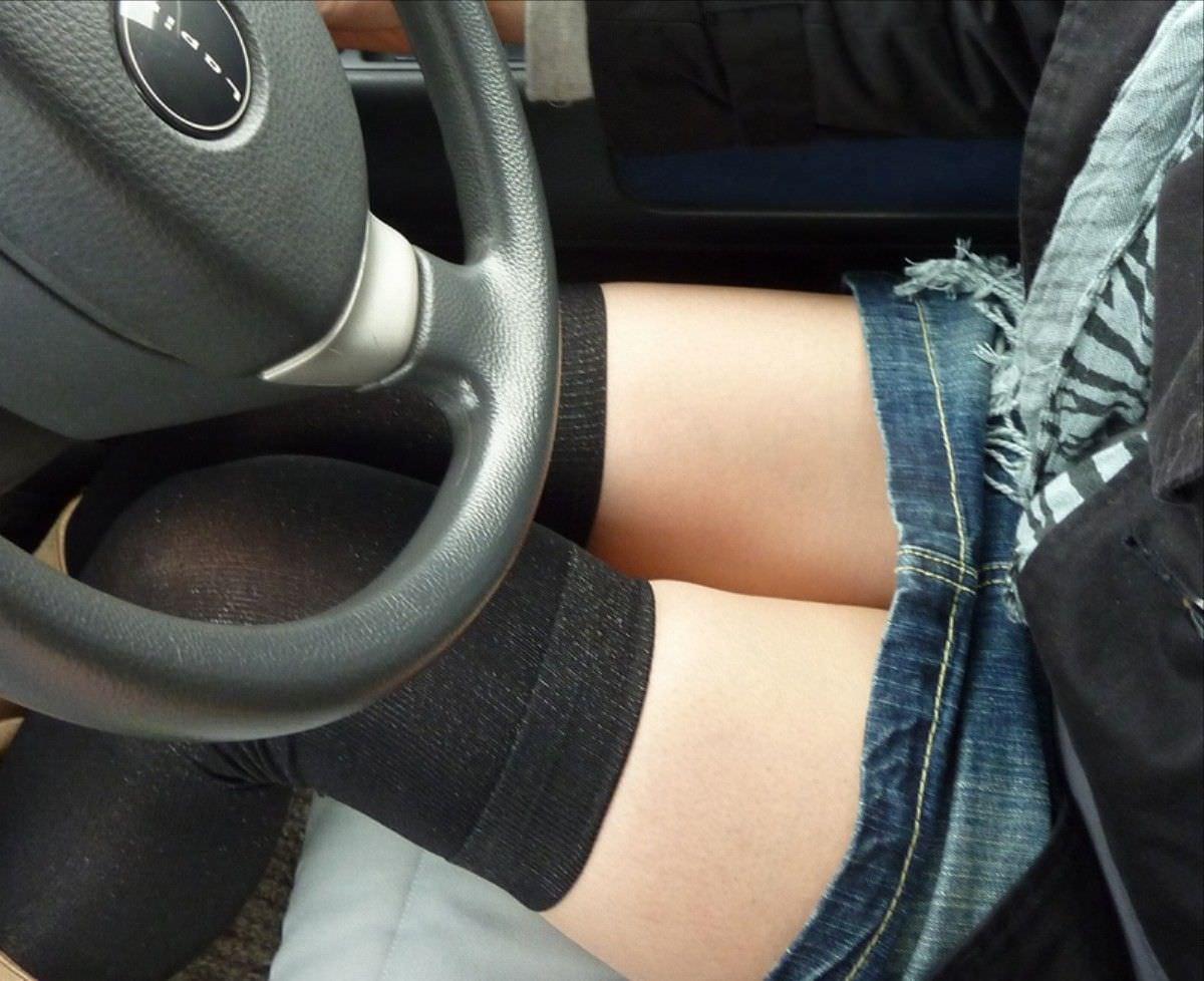 嫁の見飽きた足も運転席に座らせると何故かそそる不思議wwwパンチラ、まんちらまであるじゃんwww 1927 1