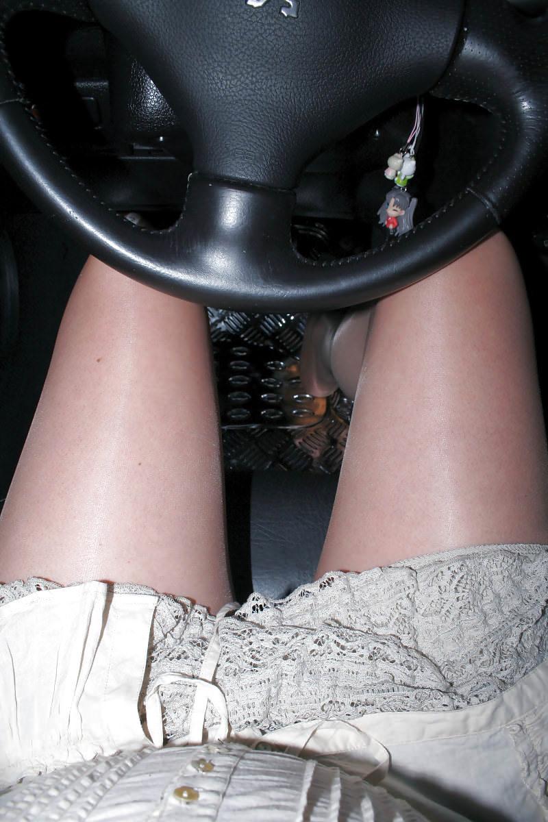 嫁の見飽きた足も運転席に座らせると何故かそそる不思議wwwパンチラ、まんちらまであるじゃんwww 1931 1