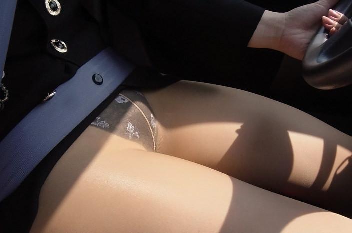 嫁の見飽きた足も運転席に座らせると何故かそそる不思議wwwパンチラ、まんちらまであるじゃんwww 1935 1