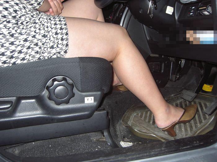 嫁の見飽きた足も運転席に座らせると何故かそそる不思議wwwパンチラ、まんちらまであるじゃんwww 1936 1