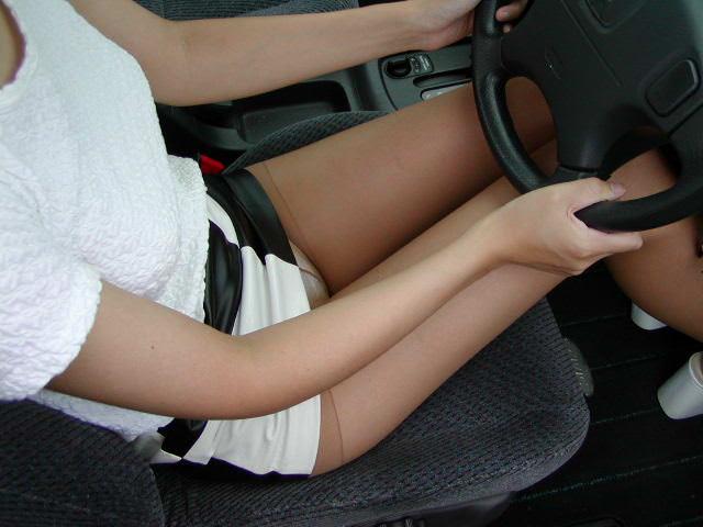 嫁の見飽きた足も運転席に座らせると何故かそそる不思議wwwパンチラ、まんちらまであるじゃんwww 1940 1
