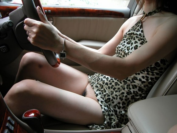嫁の見飽きた足も運転席に座らせると何故かそそる不思議wwwパンチラ、まんちらまであるじゃんwww 1941 1