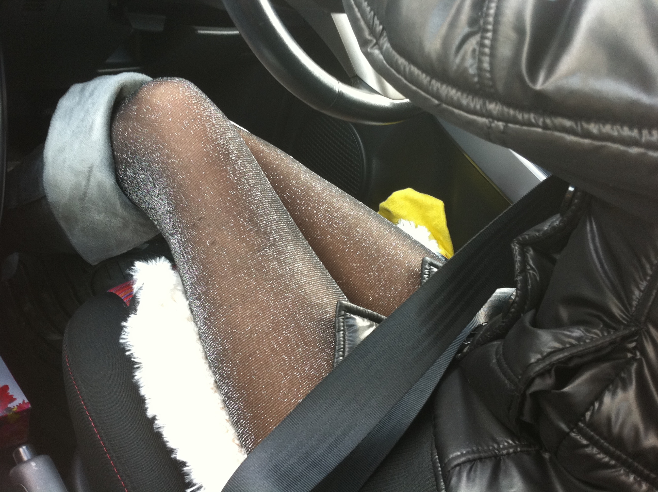 嫁の見飽きた足も運転席に座らせると何故かそそる不思議wwwパンチラ、まんちらまであるじゃんwww 1944 1