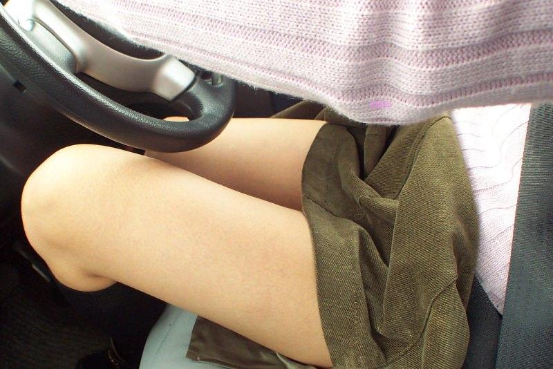 嫁の見飽きた足も運転席に座らせると何故かそそる不思議wwwパンチラ、まんちらまであるじゃんwww 1947 1