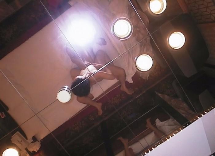 嫌そうにしてる彼女を鏡の前でハメ撮りするエロ画像 1947