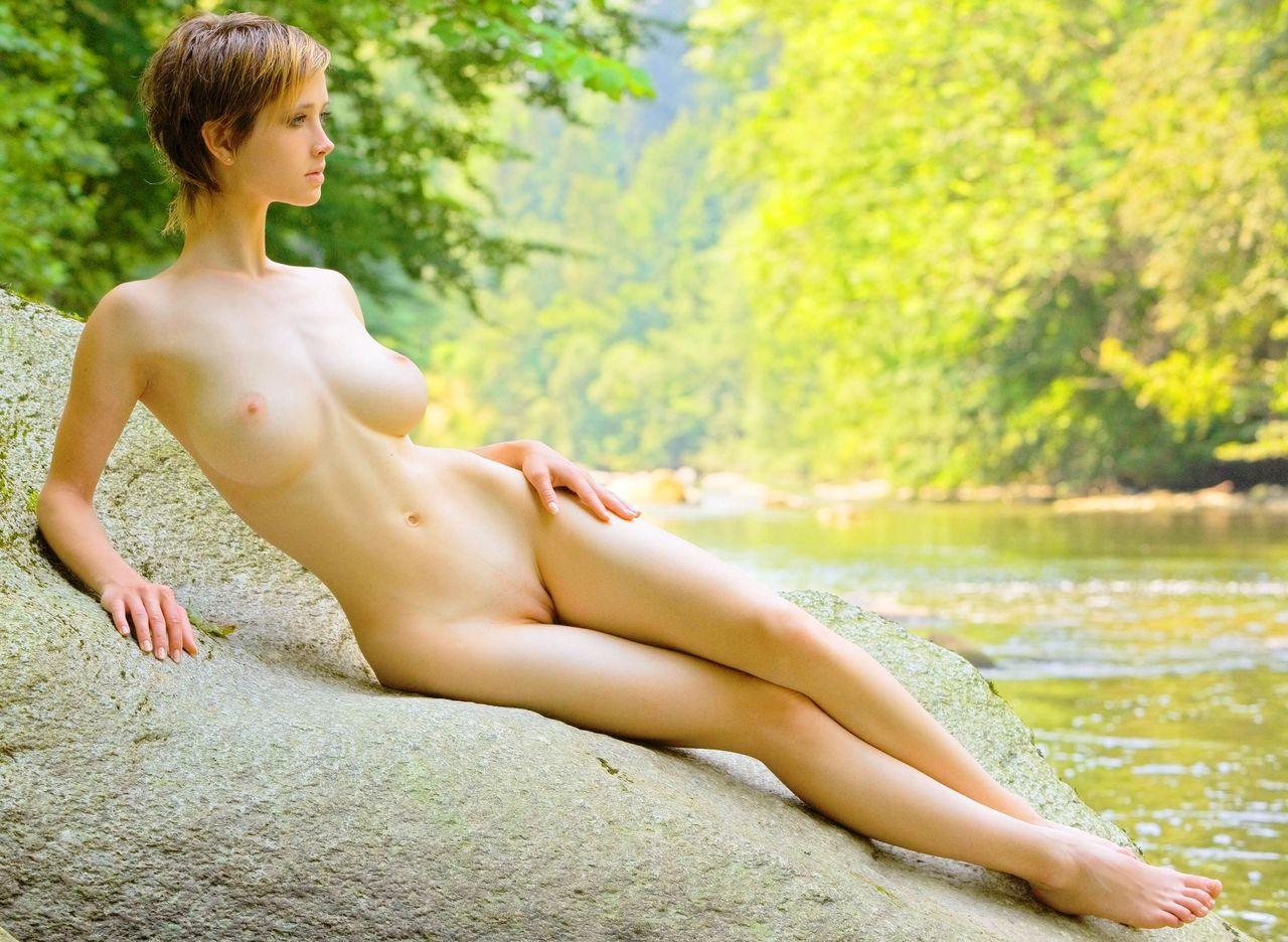 綺麗なピンク色をした可愛い乳首の白人美女のおっぱいエロ画像 2044