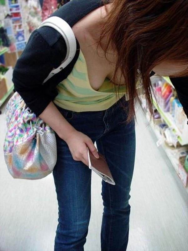ここまで見えると面白い女子大生・OLの胸チラおっぱい画像www 2107 1