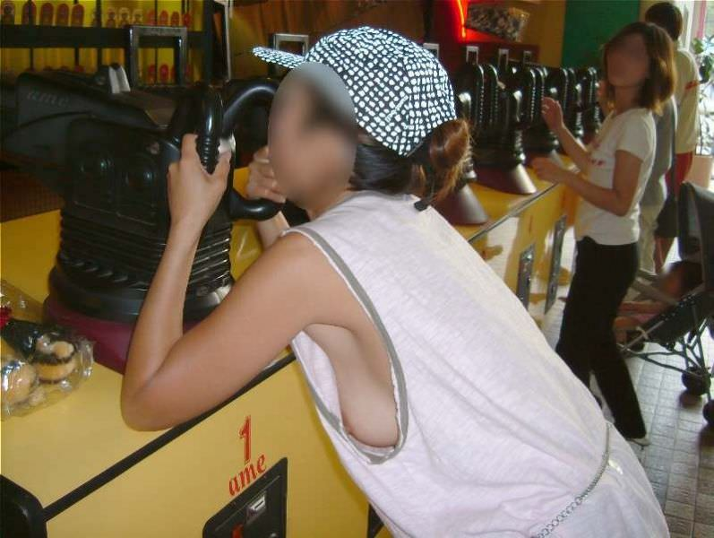 ここまで見えると面白い女子大生・OLの胸チラおっぱい画像www 2112 1