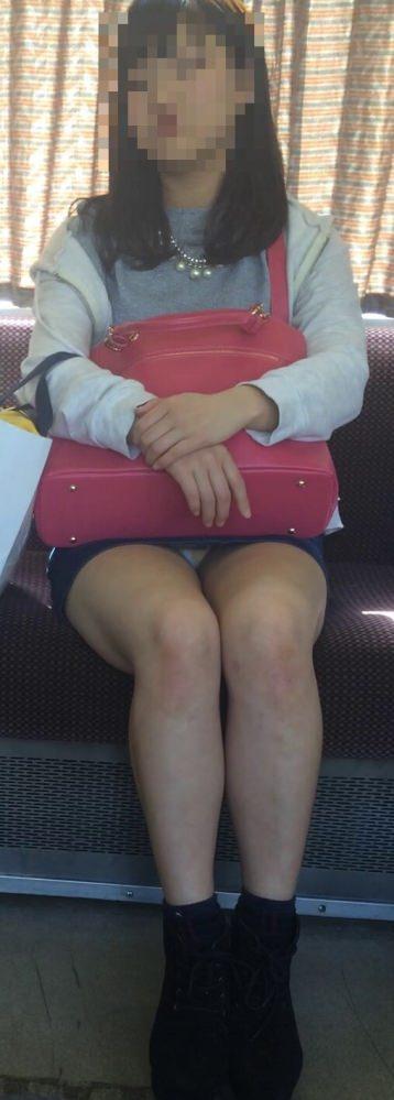 電車の中で正面にスカートが短い子がくるパンチラ撮られるwwwww 2125 1