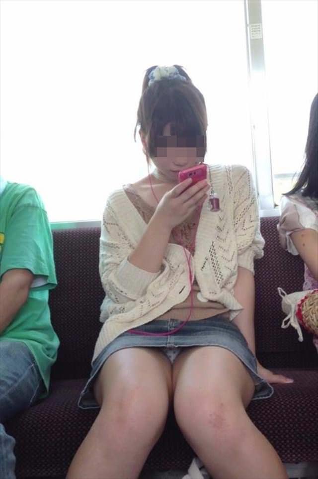 電車の中で正面にスカートが短い子がくるパンチラ撮られるwwwww 2126 1