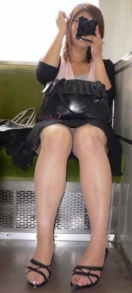 電車の中で正面にスカートが短い子がくるパンチラ撮られるwwwww 2127 1