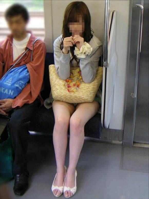 電車の中で正面にスカートが短い子がくるパンチラ撮られるwwwww 2128 1