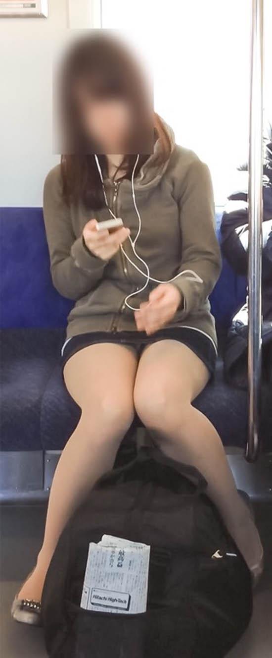 電車の中で正面にスカートが短い子がくるパンチラ撮られるwwwww 2133 1