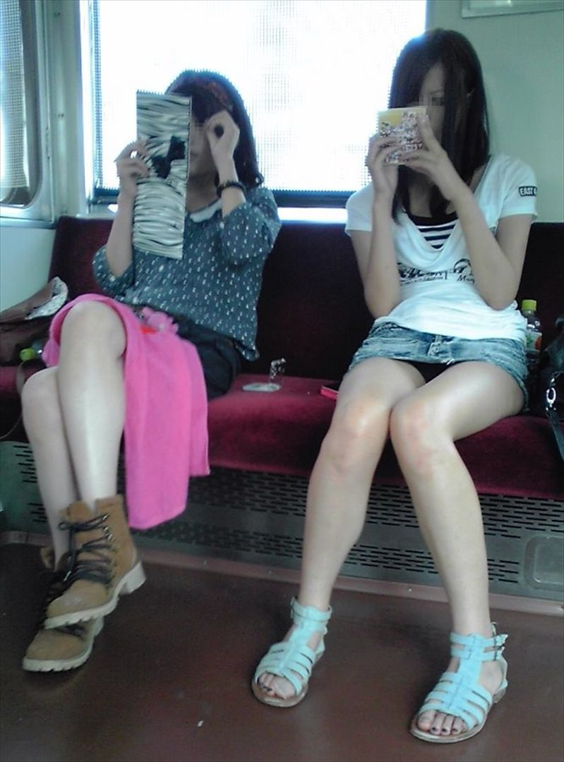 電車の中で正面にスカートが短い子がくるパンチラ撮られるwwwww 2140 1
