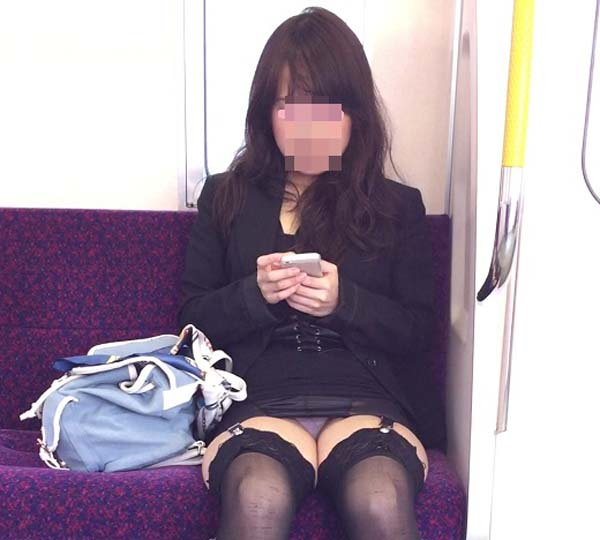 電車の中で正面にスカートが短い子がくるパンチラ撮られるwwwww 2141 1