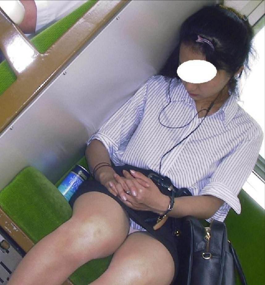 電車の中で正面にスカートが短い子がくるパンチラ撮られるwwwww 2143 1