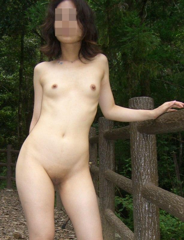 顔は若作り出来てもカラダの弛みやシワは隠し切れない人妻熟女の野外露出エロ画像 2193