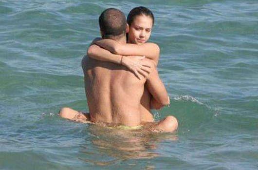 人目を気にせずビーチでガンガンセックスしちゃう外人さんのエロ画像 2210