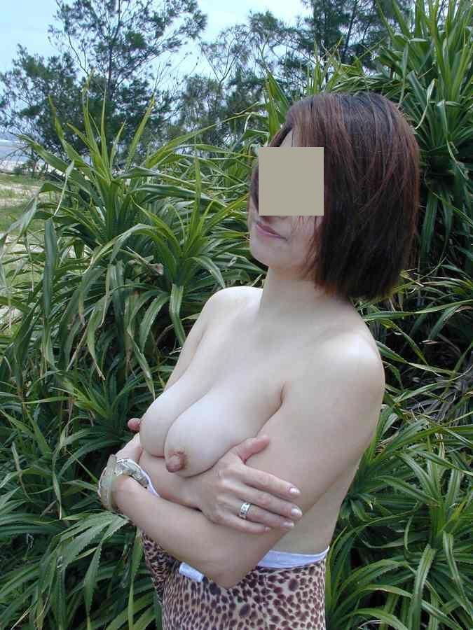顔は若作り出来てもカラダの弛みやシワは隠し切れない人妻熟女の野外露出エロ画像 2263