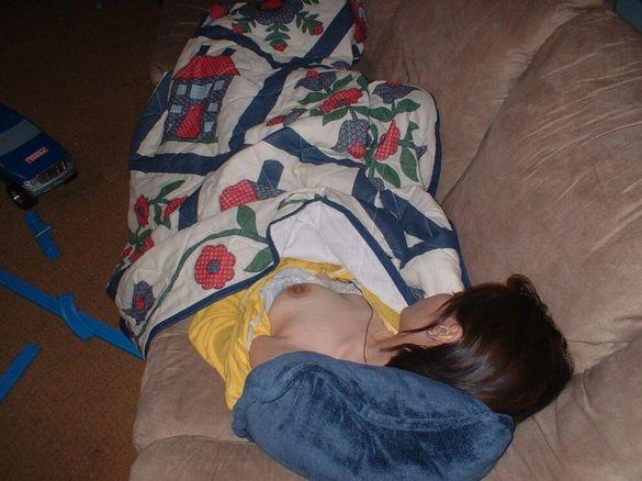 爆睡中の彼女のエッチな姿を写メって掲示板にうpされてたエロ画像 2442