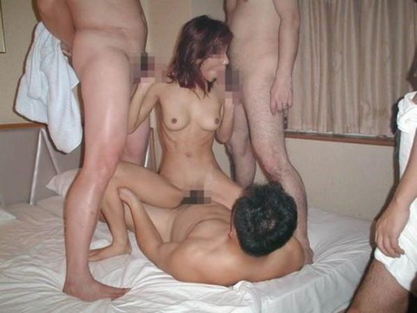 【乱交】ヤリサーで慣らしてきた男女の大人の性パーティーwww 2444 1