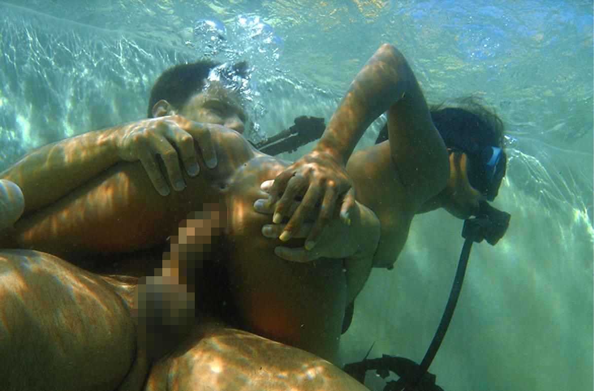 水中で激しいセックスをするガチで命がけのヤバいエロ画像 2444