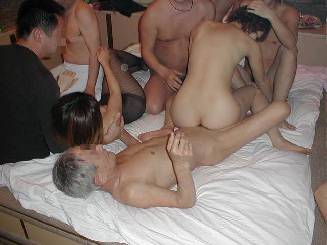 【乱交】ヤリサーで慣らしてきた男女の大人の性パーティーwww 2454