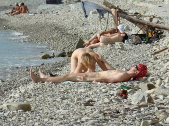 人目を気にせずビーチでガンガンセックスしちゃう外人さんのエロ画像 248