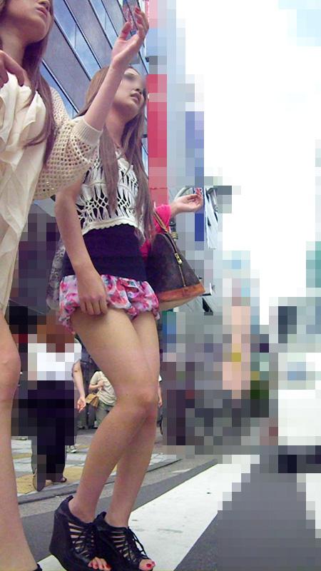 ショートパンツやミニスカの素人女子を接写で街撮りしたお尻や太ももやパンチラ画像 368