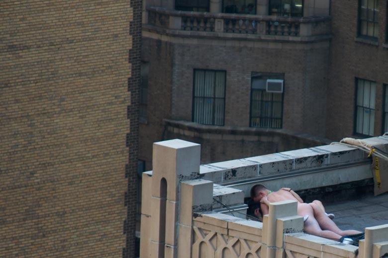 外人さんが昼間っからパコりまくってる青姦セックスのエロ画像 416
