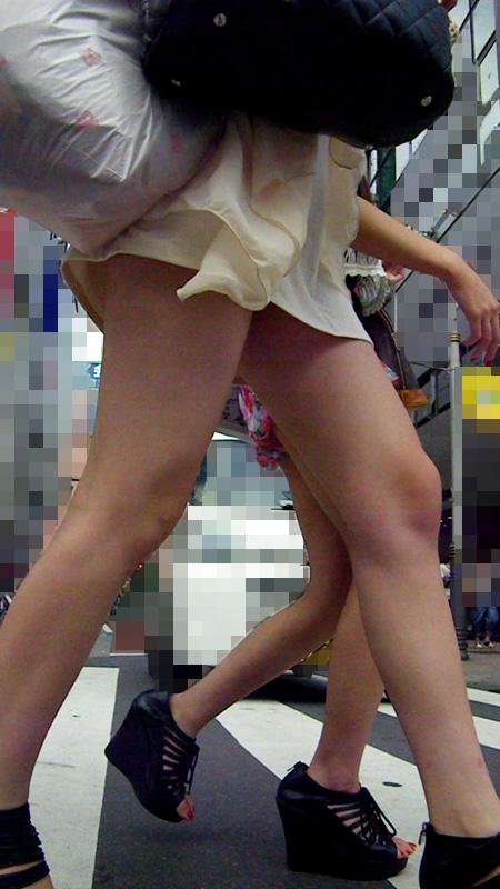 ショートパンツやミニスカの素人女子を接写で街撮りしたお尻や太ももやパンチラ画像 563