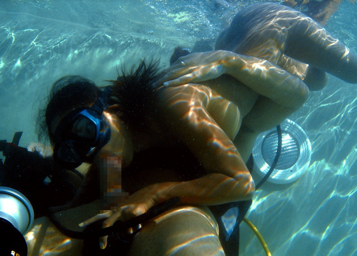 水中で激しいセックスをするガチで命がけのヤバいエロ画像 572