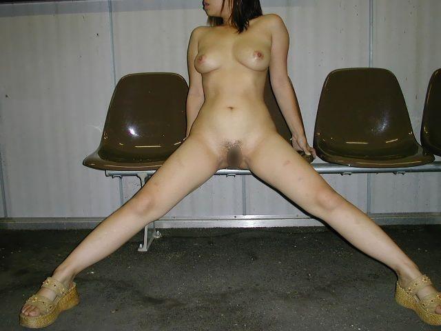 野外露出の性癖を持つ人妻熟女がおまんこパックリ開いてるエロ画像 640