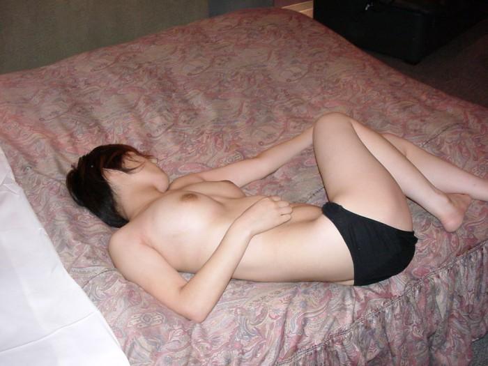 安心しきって眠ってる無防備な彼女を写メったエロ画像 713