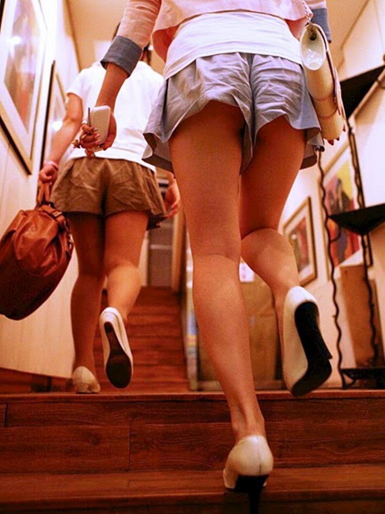 ショートパンツやミニスカの素人女子を接写で街撮りしたお尻や太ももやパンチラ画像 762