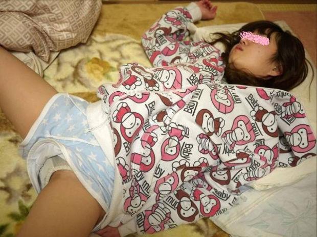 安心しきって眠ってる無防備な彼女を写メったエロ画像 813