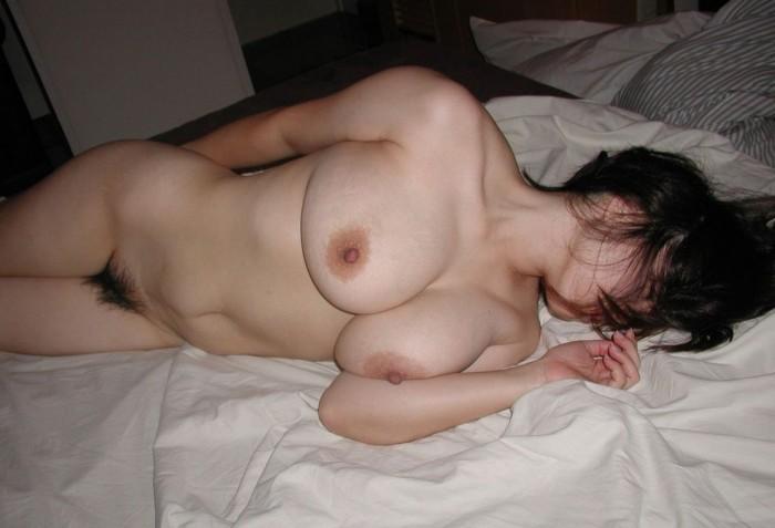 安心しきって眠ってる無防備な彼女を写メったエロ画像 913