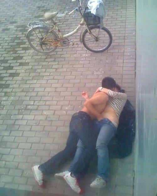外人さんが昼間っからパコりまくってる青姦セックスのエロ画像 916