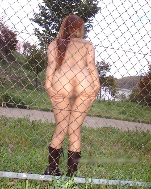 野外露出の性癖を持つ人妻熟女がおまんこパックリ開いてるエロ画像 939