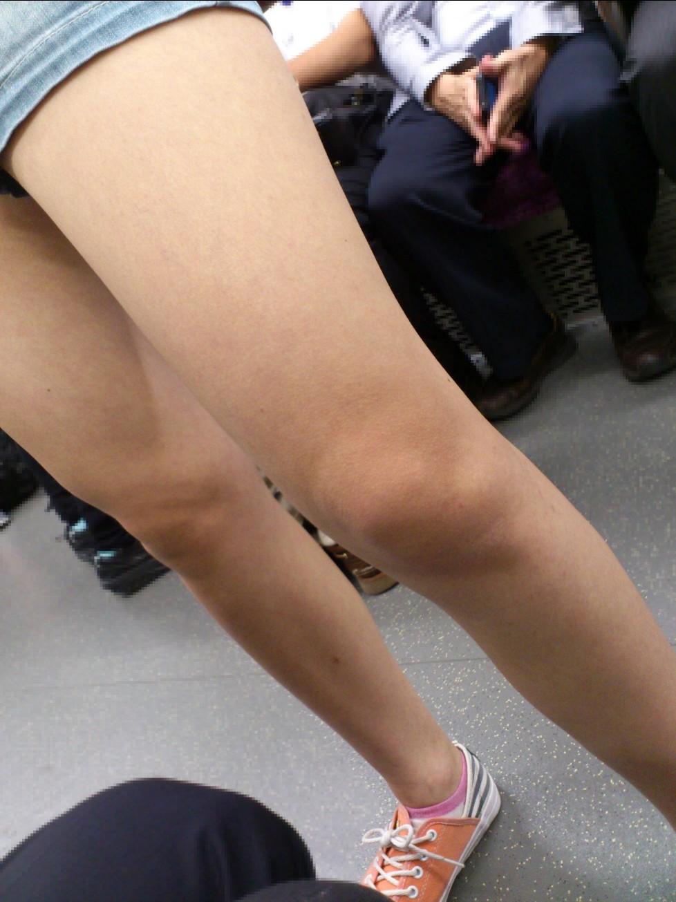 ショートパンツやミニスカの素人女子を接写で街撮りしたお尻や太ももやパンチラ画像 963