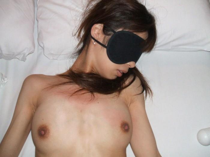 目隠しして性奴隷っぽく彼女を犯すソフトSMエロ画像 99