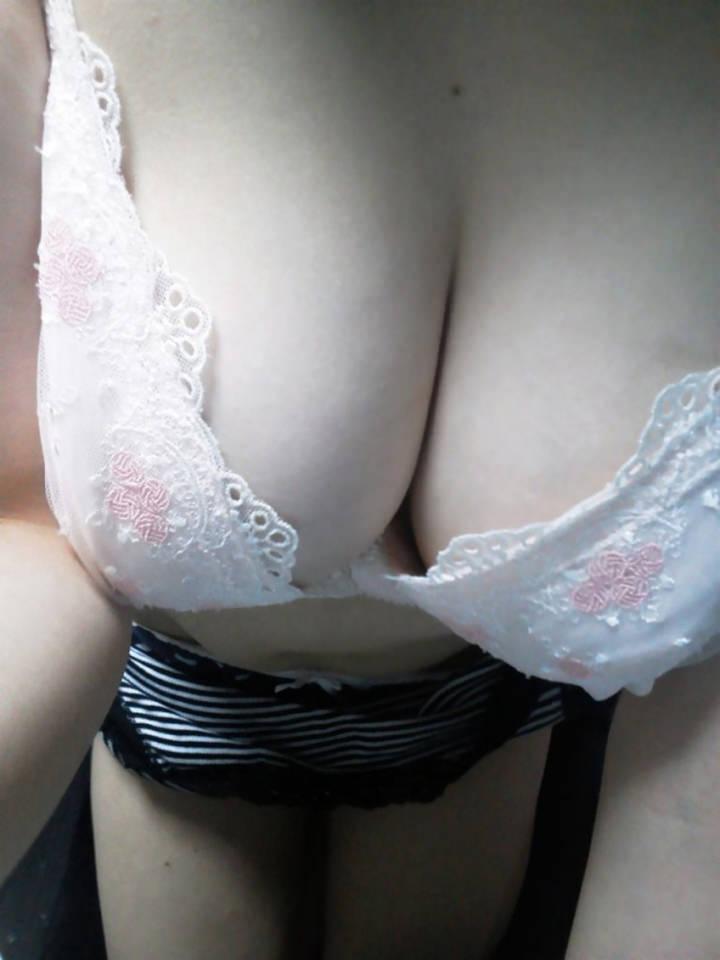 乳首が見えなくても十分抜けるw素人のくっそエロい谷間の巨乳おっぱい着エロ撮りwww 0749