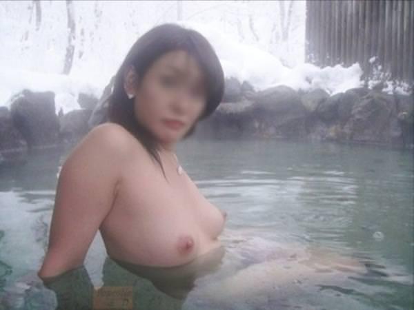 不倫旅行先の露天風呂で開放的になってて全裸ヌード撮影しちゃう人妻熟女の露出エロ画像 1031