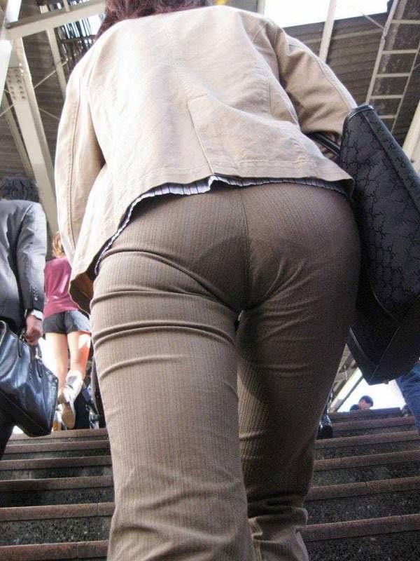 パンツスーツやタイトスカートを履いたOLお姉さんのお尻を追っかける街撮りエロ画像 1069