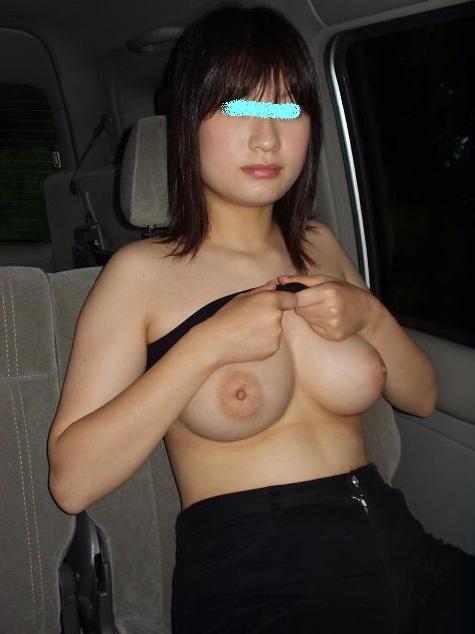 我慢出来なくなった男に車の中で脱がされてカーセックスしちゃったヤリマン女子のエロ画像 11106