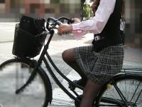 自転車を漕ぐ太ももの汗の匂いが気になる素人OLの街撮りエロ画像