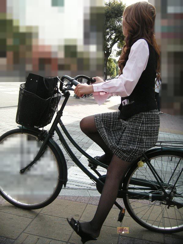 自転車を漕ぐ太ももの汗の匂いが気になる素人OLの街撮りエロ画像 1140