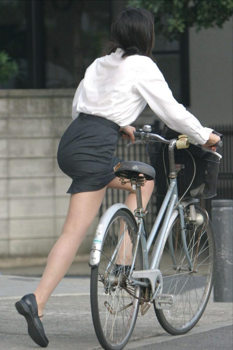 自転車を漕ぐ太ももの汗の匂いが気になる素人OLの街撮りエロ画像 1232