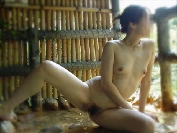 不倫旅行先の露天風呂で開放的になってて全裸ヌード撮影しちゃう人妻熟女の露出エロ画像 1233